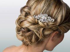 Geflochtene Haarpartien werden zu einer Hochsteckfrisur für die Hochzeit zusammengesteckt