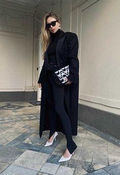 Olvida las zapatillas: los 'leggings' también se llevan con botas y zapatos de tacón - Foto Irina Shayk, Stilettos, Leggings Negros, Moschino, Pretty Heels, White Heels, Fashion Books, Winter Wear, Who What Wear