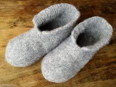 Neuloin suloiset huovutetut tossut isänpäiväksi. Ne on todella nopeat neuloa, koska malli on äärimmäisen yksinkertainen ja niihin käyte...
