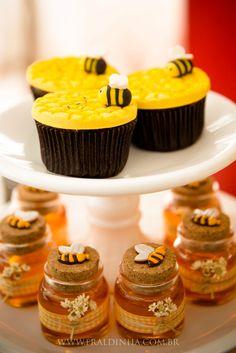 Quem segue o blog sabe que sou super fã do tema fazendinha para festa infantil. Mesmo que não seja um tema inusitado, super diferente, é um tema lindo! Que permite muitas criações. A festa mesmo de 1 aninho do Leo foi com esse tema. E foi também uma festa fazendinha que comemorou os 2 aninhos d Bee Cookies, Ok Design, Bumble Bee Birthday, Honey Packaging, Farm Animal Birthday, Bee Party, Minion Party, Craft Party, Baby Shower Themes