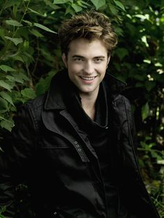 Robert Pattinson (May English actor played Cedric Diggory in Harry Potter and the Goblet of Fire. Gained worldwide fame in the role of Edward Vampire Twilight, Twilight Cast, Twilight Pictures, Twilight Movie, Twilight Saga Series, Twilight Edward, Edward Bella, Edward Cullen Robert Pattinson, Robert Pattinson Twilight
