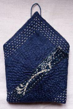 reasury / petite pochette en lin bleu fumé et patch katazome japonais, cousue main
