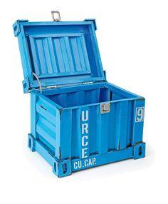 """Een container in het kleine formaat - Met de blaue verf en de detailgetrouwe nabootsing van de grote broer is hij een echte blikvanger. Het verrassende: Hij is opklapbaar en de deksel wordt van een beugel gedragen. Met klepafsluiting een """"Must-have"""" voor iedereen die zijn spullen wil stijlvol bewaren."""