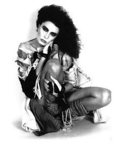 """Loredana Bertè mentre posa con un abito in stile post atomico, ideato da lei stessa ed usato per la promozione dell'album """" Jazz """" del 1983."""