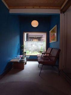 ラウンジ 深青がフレーミングされた庭を引き立てるヘアサロンのラウンジ。 古い一軒家のコンバージョン。