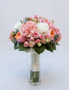 Букет невесты из пионовидных роз Вувузела, кустовых роз, молочных и розовых гвоздик и стахиса