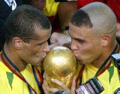 2002. Rivaldo and Ronaldo kissing the fifth World Cup won by Brazil. 2002 World Cup, Brazil World Cup, Fifa World Cup, Soccer World, World Of Sports, Ronaldo, Wold Cup, Carlos Valderrama, Soccer Inspiration