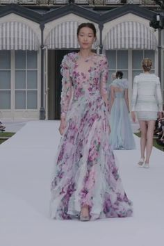 Ralph & Russo Look Autumn Winter Couture Collection. - Stunning Colorful Embroidered A-Lane Evening Maxi Dress / Evening Gown with Long Sleeves. Haute Couture Gowns, Couture Mode, Couture Dresses, Couture Fashion, Runway Fashion, Fashion Dresses, Fashion Models, Fashion Show, Ralph & Russo