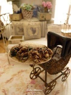 Chapeau rétro miniature beige vieilli et « sali », Fleurs fanées, Accessoire de mode pourmaison de poupée, échelle 1/12 by AtelierMiniature on Etsy