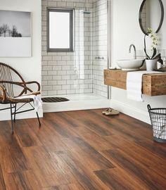salle de bain contemporaine avec parquet de bois                                                                                                                                                                                 Plus