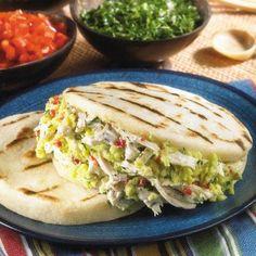 Plain Arepa Recipe stuffed with chicken and avocado Venezuelan Recipes, Venezuelan Food, Latin American Food, Latin Food, Diet Recipes, Cooking Recipes, Healthy Recipes, Arepa Recipe, Chefs