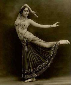 Studio Talbot, Sahary Djèli  Danseuse orientale, 1920.                                                                                                                                                                                 Plus