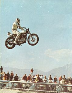 Evil Knievel on a bike that doesn't like Big Jumps. No suspension, just plain madness! Vintage Motorcycles, Harley Davidson Motorcycles, Evil Kenevil, Jeep Carros, Mississippi, Side Car, Honda, Tough Guy, Cool Bikes