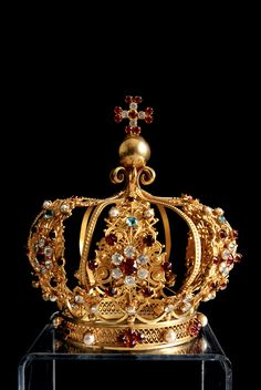 http://www.alhambraantiques.com/blog/brilliant-collection-of-antique-tiaras-and-crowns.html