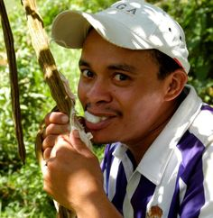 Daniel Reyes has been doing a fantastic job of helping oversee and co-ordinate work at our new Project Center. Here he is enjoying the sweet, candy floss-like, Inga fruit as he works to de-pod and clean Inga seeds ready for planting.