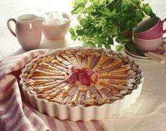 Ein fruchtiger Obstkuchen mit Rhabarber und Marzipan