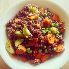 Quinoa roja con coles de Bruselas, guisantes y zanahoria