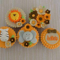 """""""Uma selva cheia de frescurinhas para a Antônia! ❤️ #lisfonseca #lisfonsecasugar #lisfonsecasugarcraft #sugarcraft #cakedesign #cupcakes #festainfantil…"""""""