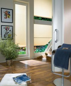 decorations for windows - blinds - living room - wooden floor - simple projects - plisy - żaluzje plisowane - drewniane aranżacje - jasne pokoje - plisy podobne do tych sprzedawanych na http://sklepzoslonami.pl/systemy-oslonowe/plisy.html