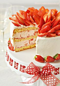 Show stopping strawberry layer cake for summer parties and afternoon tea Strawberry Desserts, Summer Desserts, Fun Desserts, Delicious Desserts, Sweet Recipes, Cake Recipes, Dessert Recipes, Polish Desserts, Cake Board