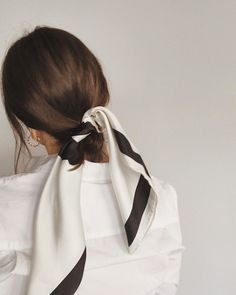 One of the 5 styling tips is to accessorize! never underestimate the power of good taste in Jewelry, the elegance and the chic fashion sense they add in to your style. Hair Inspo, Hair Inspiration, Shortish Hair, Scarf Hairstyles, Hairband Hairstyle, Style Hairstyle, Ponytail, Hair Day, Scarf Styles