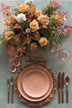Ideas Original to decorate your table this season 10 ways to decorate your table for Thanksgiving Ideas Original to decorate your table this season Thanksgiving Table Settings, Thanksgiving Tablescapes, Thanksgiving Ideas, Table Design, Plate Design, Beautiful Table Settings, Wedding Reception Tables, Holiday Dinner, Deco Table