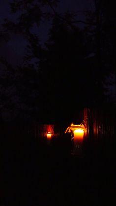 Lampiony na ogrodzeniu.