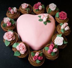 Cada vez mais se inventa moda com bolos decorados. Os estilos são infindáveis tanto quanto a imaginação. Aqui, escolhi uns poucos que...