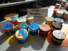 tandendoosje:doosje van de xenos versiert met textielstiften
