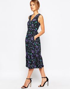 Buy it now. Closet Retro Frill Hem Dress In Monkey Print - Black. Dress by Closet, Crisp mid-weight woven fabric, Boat neckline, Tie belt, Zip back, Regular fit - true to size, Machine wash, 92% Polyester, 8% Elastane, Our model wears a UK 8/EU 36/US 4 and is 176cm/5'9.5� tall. ABOUT CLOSET Designing and producing a covetable collection of day to night dresses in the heart of London, Closet transcends seasons to bring you fashion-forward pieces that will always be in style. Look to classic…