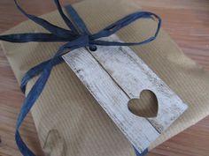 16 x Geschenkanhänger in Holzoptik mit Herz