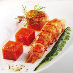 Queue de Homard rôtie à l'huile de basilic, cubes de chutney à la tomate & courgette éventail