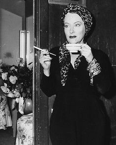 Gloria Swanson as Norma Desmond holding tea cup Sunset Boulevard Poster Vintage Hollywood, Old Hollywood Movies, Old Hollywood Stars, Hooray For Hollywood, Hollywood Glamour, Classic Hollywood, Hollywood Fashion, Hollywood Actresses, Classic Actresses