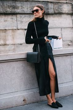Look all black, todo preto, saia midi com fenda, mule preto