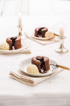 Deze smeltende chocoladecakejes wordt ook wel lavacakejes genoemd. Als je er van begint te eten weet je ook gelijk waarom; de warme vloeibare vulling stroomt als lava uit het cakeje. Die vloeibare kern van de moelleux ontstaat doordat de buitenkant sneller gaar wordt dan de binnenkant. Ik gebruik het liefst bakringen van metaal voor, die geleiden de warmte beter en sneller dan vormpjes van aardewerk. Als je metalen ringen gebruikt, kun je met een spatel de moelleux met ring en al op een bord… Lava Cake Recept, Lava Cakes, Desserts To Make, Sweet Desserts, Delicious Cake Recipes, Yummy Cakes, Hipster Food, Desert Recipes, Bakken