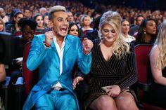 "Pin for Later: Die 23 Highlights der People's Choice Awards 2016 Frankie Grande war genauso aufgeregt wie Meghan Trainor, Gewinnerin der Trophäe ""Bestes Album"" Pictured: Meghan Trainor and Frankie Grande"