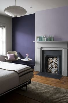 Cozy Interior Room Design Ideas With Purple Walls 02 Purple Bedroom Paint, Dark Purple Bedrooms, Purple Wall Decor, Purple Accent Walls, Accent Wall Colors, Bedroom Wall Colors, Accent Wall Bedroom, Bedroom Color Schemes, Bedroom Decor