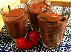 Receita de Chocolate Quente Cremoso - chocolate em pó e o açúcar. Despeje em uma panela com a canela e leve ao fogo baixo, mexendo sempre até ferver. Desligue, adicione o creme de...