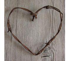 Caída de regalos de boda. Corazón de alambre de púas. favores de la boda rústica. decoración de estilo rústico. boda de campo. corazón del metal