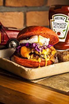 """Sanduíche incluí purê de maçã e cebola caramelizadaCom costela suína e panceta, o hambúrguer """"Porco Feliz"""", servido no restaurante Vinno Tinto durante o Burger Fest, é uma ótima opção para quem quer …"""