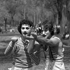 Photographer Daniel Sorine photographs two mimes in Central Park in 1974. 35 years later, he realized one of them was a then-unknown Robin Williams. #vintage #nyc #centralpark #mimes #comedy #legendary #legend #robinwilliams #funny #blackandwhite #film #photography