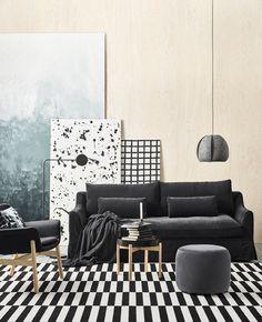 Az IKEA fekete és fehér nappalikba való bútorokat is kínál, nagy fekete-fehér csíkos szőnyeget és FÄRLÖV sötétszürke kanapét. A kanapé bársonyos huzata és lekerekített kartámlái kényelmet nyújtanak.