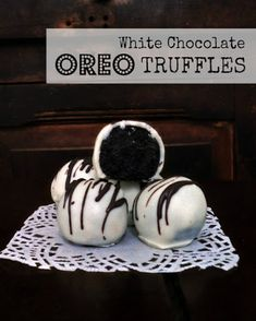 Black and white desserts. Even simple Oreo cookies can be turned into decadent truffles with a fine white chocolate shell. Oreo Cookie Truffles, Truffles Recipe, White Chocolate Oreos, Black White Parties, Black And White Party Decorations, White Desserts, Festa Party, Sweet 16 Parties, Partys