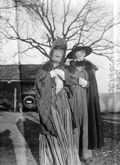 25 Creepy Vintage Halloween Costumes that Will Give You Nightmares - Scary AF Vintage Costumes ~Halloween~ - Coastumes Halloween Effrayants, Maske Halloween, Vintage Halloween Photos, Creepy Halloween Costumes, Scary Halloween Costumes, Halloween Pictures, Ghost Costumes, Vintage Holiday, Halloween Makeup