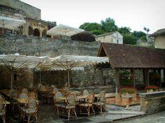 Saint-Émilion: Terrasse d'un café et lavoir orné de fleurs - France-Voyage.com