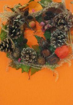 Krans van herfstmateriaal op een ring van karton.