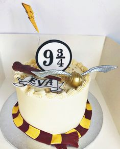"""Any Harry Potter fans out there? 9 birthday cake complete w/ golden snitch, wand, & scarf ⚡️"" Bolo Harry Potter, Gateau Harry Potter, Harry Potter Birthday Cake, Harry Potter Food, Harry Potter Wedding, Harry Potter Girl, Spongebob Birthday Party, 4th Birthday Cakes, Soirée Halloween"