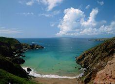 Cette île de 5 km² devrait ravir randonneurs et cyclistes, puisqu'elle ne se parcourt qu'ainsi. Située à quelques milles nautiques de Guernesey, l'une des deux jumelles anglo-normandes, l'île de Sercq est un refuge pittoresque dans lequel règne sérénité et douceur de vivre. Ses paysages paradisiaques rappellent le décor maritime de Belle-Île ou les eaux cristallines de l'archipel des Glénan.