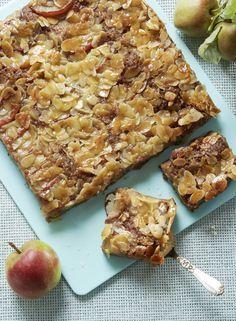 Lækker æblekage bagt i bradepanden med æblebåde lagt på en dej med kanel og herover et sirupslag med mandelflager.