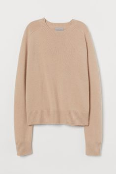 Knit sweater in soft cashmere. Round neckline long raglan sleeves and ribbing at neckline cuffs and hem. Clothes 2019, Cashmere Jumper, Light Beige, Fashion Company, Pulls, My Wardrobe, Casual Looks, Personal Style, Casual Outfits